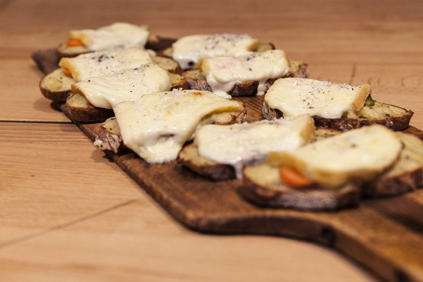 almhuettenparty-raclette-brot